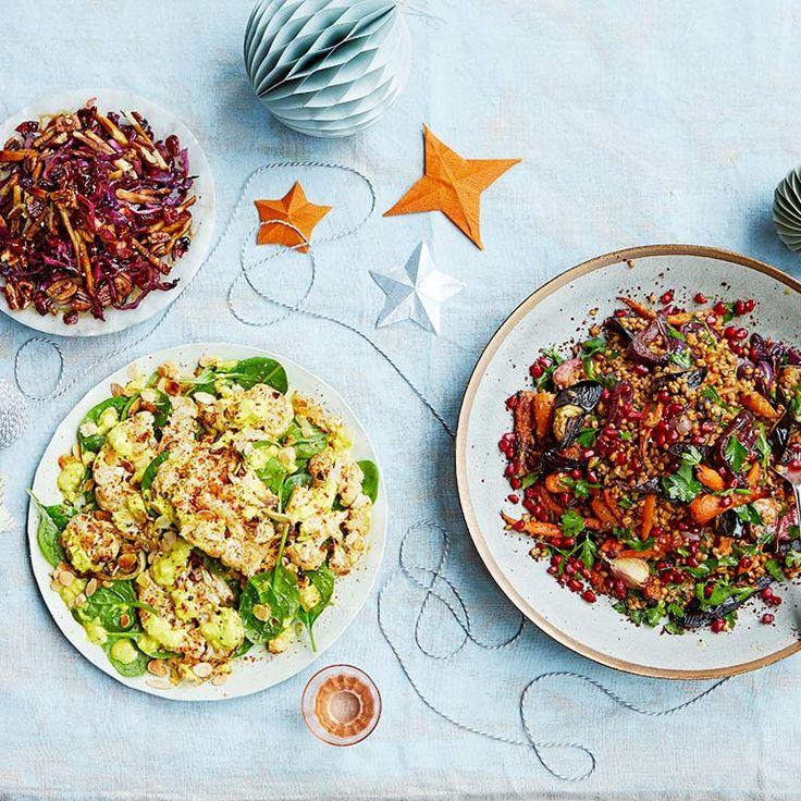 Deze uitbundige speltsalade (rechts op de foto) is geïnspireerd op de smaken van het Midden-Oosten. Het barst van de rijke texturen en gekarameliseerde smaken, die worden opgefrist met de smaak van granaatappelpitten.    1 Week de spelt minimaal 2 uur...
