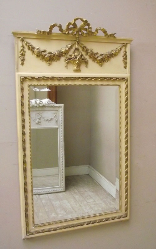 Gorgeous mirror! I love the bow!