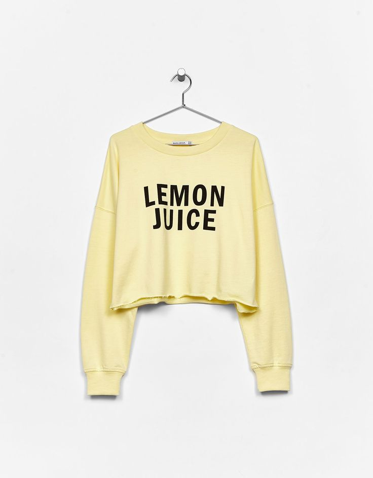 Sweatshirt cropped texto. Descubra esta e muitas outras roupas na Bershka com novos artigos cada semana