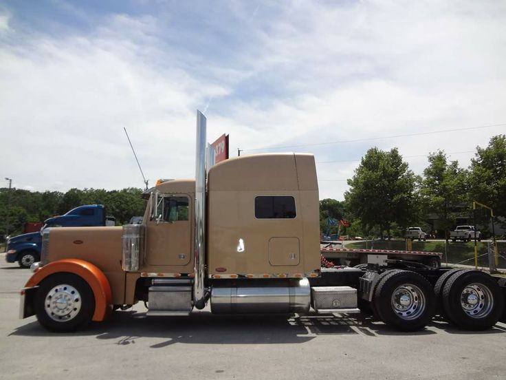 "2005 Peterbilt 379 long hood cat c15 550hp. Overhauled Jan.2013 with 368,121 miles on engine 18spd. SP 41 3.55, 270"" WB, 70"" sleeper with platinum interior & new seats $59,950 J&S Truck & Trailer Sales Knoxville, Tenn. 865-971-1415"