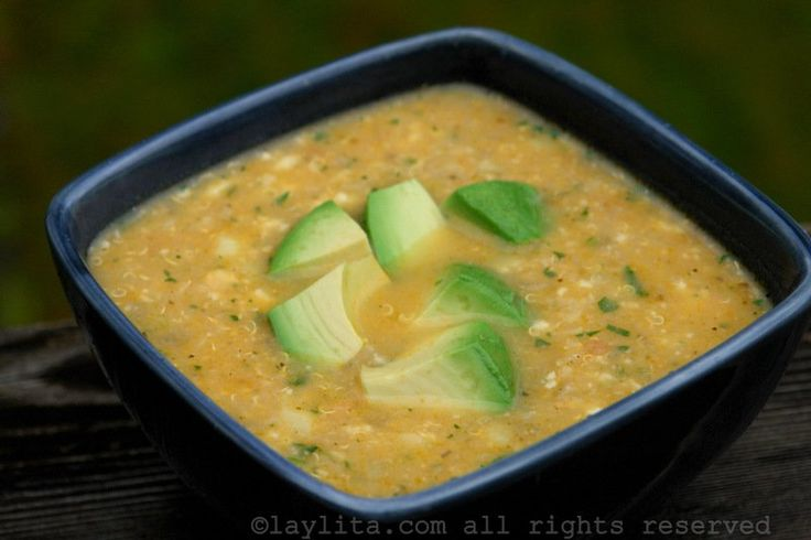 Receta del locro o sopa de quinua con queso, se prepara con quinua o quinoa, papas, queso, leche, cebolla, ajo, tomate, comino, orégano, y achiote. Se sirve con cilantro y aguacate.