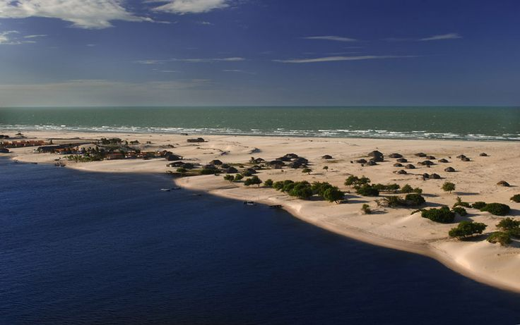 Nordeste brasileiro: PRAIA DO CABURÉ (MARANHÃO) Situada entre o rio Preguiças e o oceano Atlântico, Camburé é um bom lugar para relaxar depois de um passeio pelos Lençois Maranhenses. Conta com uma ampla faixa de areia e mar calmo, perfeito para o banho.