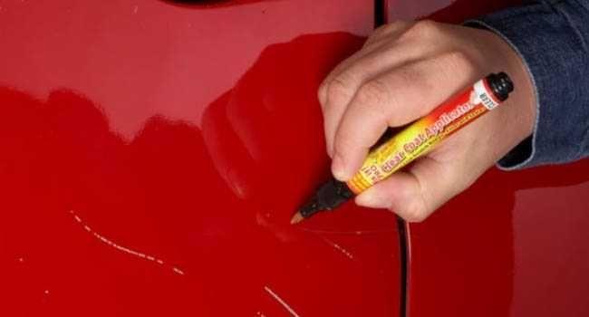A caneta tira riscos é uma grande alida para apagar os riscos de um carro.