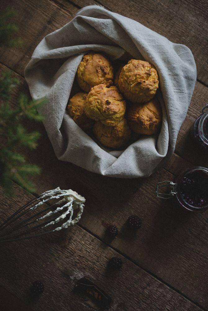Gör såhär: Sätt ugnen på 230°. Blanda ihop alla ingredienser i en skål. Degen ska vara ganska lös. Skeda ner den i muffinsformar. Grädda mitt i ugnen ca 10 minuter, tiden kan variera beroende på hur stora muffinsformar du väljer.