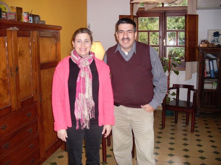 La Lic. Rafaela Gómez Rucks y el RR.PP. Eduardo Scarpa en la sede de Rafaela Estudio de Comunicación, en Paysandú.