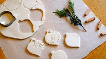 ここで使用する白粘土とは、自然乾燥することで固まるタイプの白い粘土を指しています。気軽に手に入る代表的なものでは、お馴染みの「紙粘土」そして「軽量粘土」があります。最近はクラフト材料として100円ショップでも見かけるようになりました。まず、ここでは白粘土のタグに適した二種類の白粘土の特徴を知っておきましょう!
