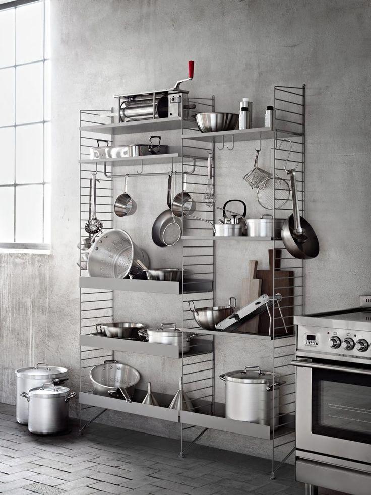 Inspiratie! Maak jouw industriële keuken af met een stoere stalen stellingkast. // via ELLE Decoration