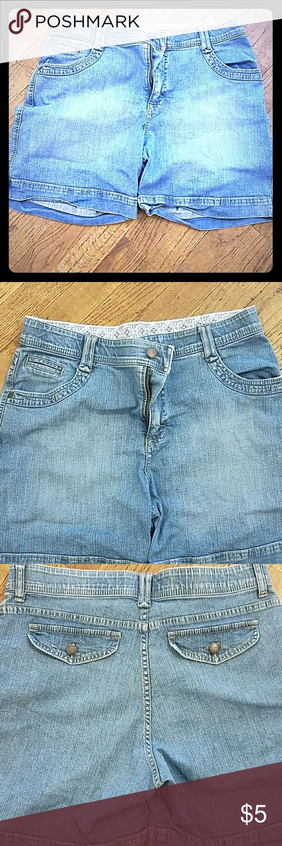 Lee Ladies denim shorts.. This is denim shorts..size 10.. Gd condition Lee Shorts