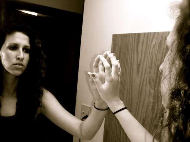 Καθρέφτης γυναίκα συναισθήματα κατάθλιψη μοναξιά