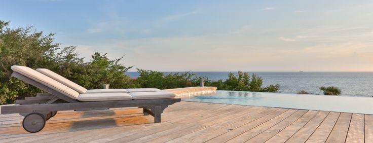 infinity zwembad met houten dek