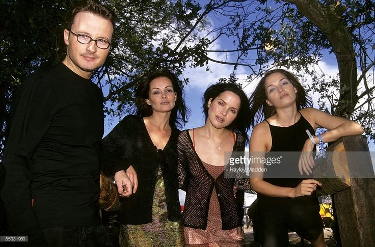 Photo of Caroline CORR and CORRS and Andrea CORR and Sharon CORR; L-R: Jim Corr, Sharon Corr, Andrea Corr, Caroline Corr