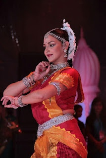Esha Deol Performing at Janamshtmi Celebration 2012. | Bollywood Cleavage