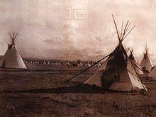 Nativi americani - Wikipedia - Teepee dei nativi nord-americani fotografati da uno dei massimi studiosi della loro civiltà, Edward Sheriff Curtis (1868-1952). L'immagine è stata esposta al Museo delle culture del mondo di Genova
