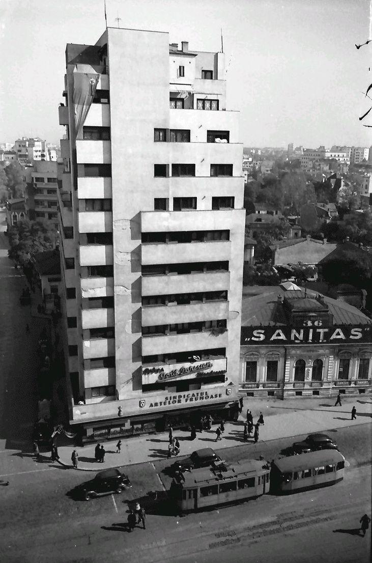 """București 1941 - blocul Scala  Foto-document cu blocul Scala inițial (ridicat în 1935), de la intersecția bulevardului Brătianu (actual Bălcescu) cu str. C. A. Rosetti. Se observă pe fațadă urmele cutremurului din noiembrie 1940.   În anii '50, pe locul casei """"Sanitas"""" s-a ridicat un bloc-plombă, existent și azi. Blocul a închis frontul bulevardului pe acest tronson.  Pe 4 martie 1977, la cutremur, blocul Scala s-a prăbușit complet, fiind deja avariat din 1940. Au murit mulți oameni…"""