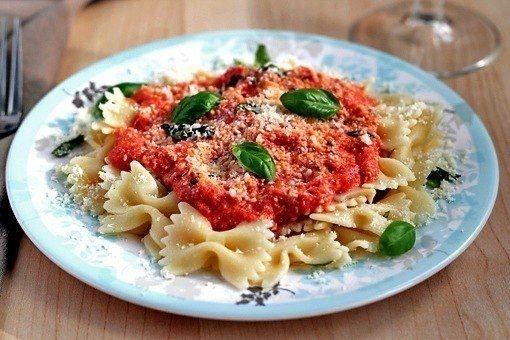 Фото к рецепту: Макароны фарфалле с томатно-сырным соусом