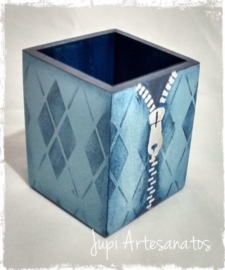 Porta Lápis em mdf, medindo 9x9x10cm. <br>Com pintura imitando tecido e zíper.