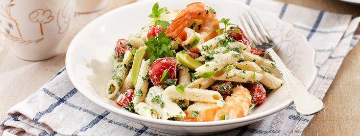 Σαλάτα με πένες, γιαούρτι, γαρίδες, ντοματίνια και αβοκάντο