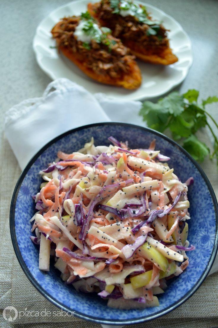 Esta ensalada de col es fácil de preparar y la pueden acompañar con muchos platillos, desde pescado, hamburguesas, pollo empanizado - rostizado o con lo que más se les antoje.