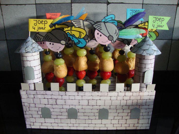 traktatie ridder met fruit en soesje