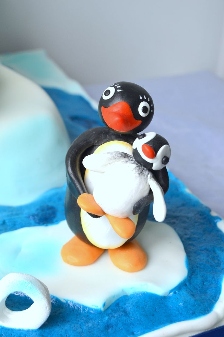 Pingu cake,  looks like the little black and white birds I call the tuxedod penguins who like to PuddleJump.  Puddle-Jumping Pingus.  Decked out favs from the backdeck.