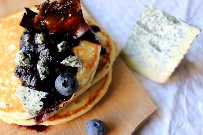 Pancakes con salsa di mirtilli neri, Blu Mugello e bacon caramellato