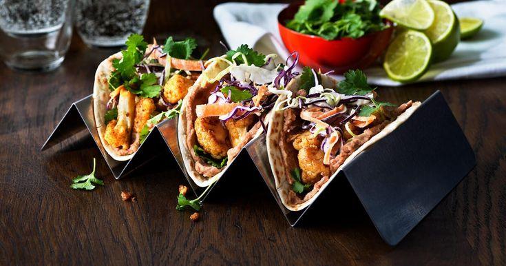 Oppskrift på en velsmakende og kremaktig veggie taco med krydret blomkål, refried beans og coleslaw.