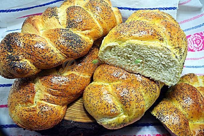 Paine pufoasa impletita, de casa, reteta Este o paine extrem de moale si de pufoasa, care se mentine moale zile in sir, mai mult decat painea obisnuita