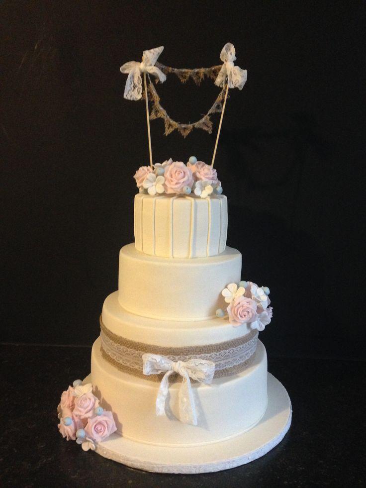 Mijn eerste bruidstaart! Stoere jute gecombineerd met roze roosjes en lief kant.