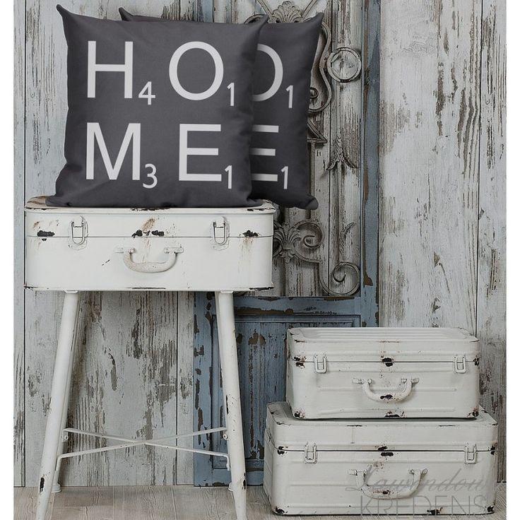 Szare poduszki French Home z białym napisem HOME.