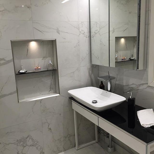 Har i vårt badrum använt följande IKEA-produkter. BESTÅ BURS skrivbord GODMORGON spegelskåp och skåplampa LILLÅNGEN högskåp Vår vilja var att vårt badrum skulle få en klassisk stil med en lite lyxig atmosfär. Färgvalet skulle vara neutralt så att det är lätt att variera färg på ex. handdukar och andra tillbehör efter känsla och humör. Vår ambition var också att vi inte ville ha så djupa skåp under handfatet vilket vi upptäckte var mycket svårt att hitta. Har nog faktiskt googlat och letat…