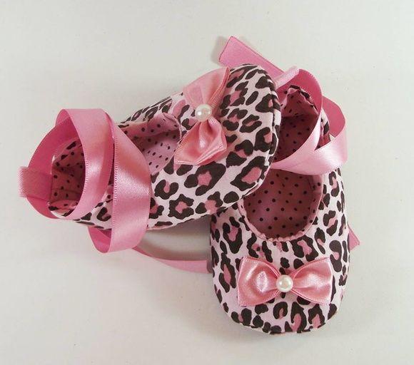 Sapatinho em tecido 100% algodão. Acolchoado e forrado com tecido rosa e de bolinha preta. São especilamente para bebês que ainda não andam.