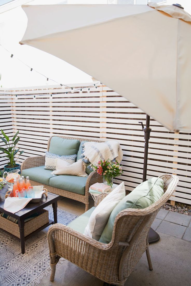 Here S A Budget Patio Makeover That S Renter Friendly Small Patio Ideas Townhouse Small Patio Ideas On A Budget Patio Makeover