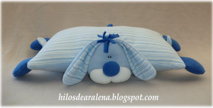 Almohada infantil con muñeco.
