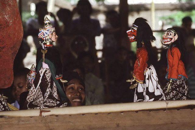 Wayang Golek performance in Jogya, Indonesia  Alain vai Flickr. www.justaplatform.com/wayang-indonesian-shadow-puppets/