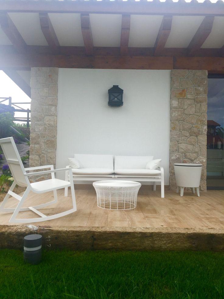 Parte exterior de la casa con asientos para aperitivos.