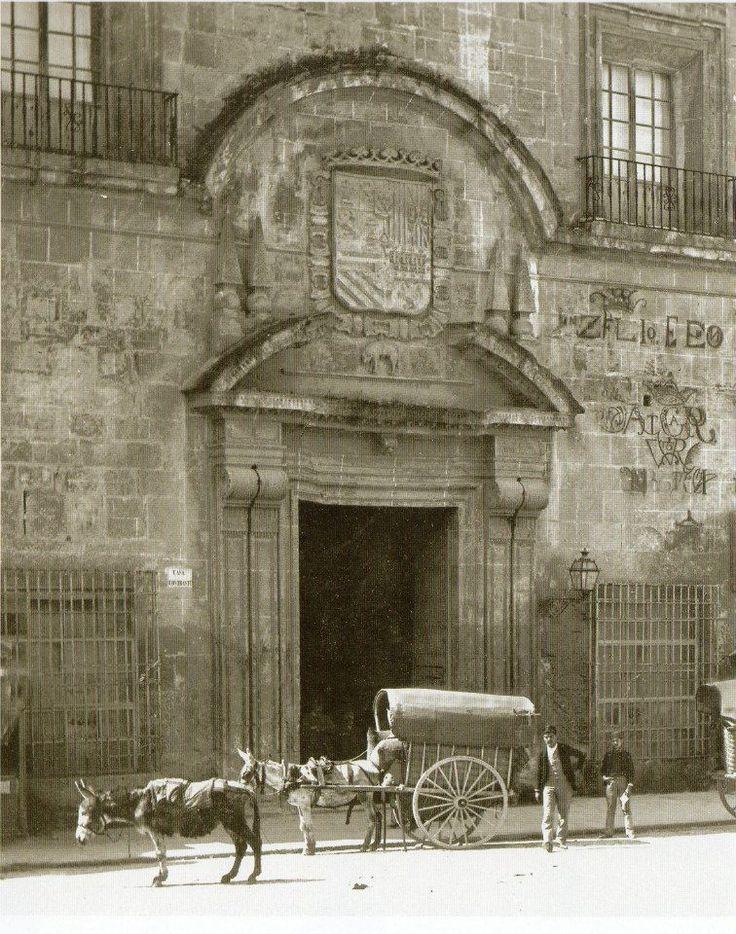 Plaza Sta. Catalina, palacio Contraste carro DESTRUIDO en su lugar esta la union y el fenix. se conserva la portada junto al museo de bellas artes