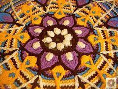 Crochet mandala carpet / Детали ковра крупным планом (центр ковра в виде цветка). Мастерская `Анатолия`.