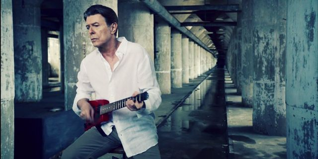 #David Bowie Plays the Guita