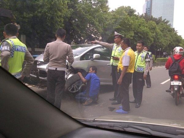 13:48 Kecelakaan Honda Jazz B 2345 VW menabrak pembatas jalan di dpn Kedubes Belanda Jl. Rasuna & msh penanganan Petugas Polri.