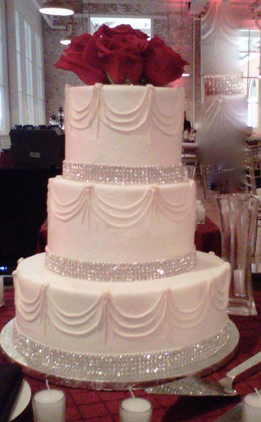 Formal Hollywood Glam White Ballroom Buttercream City Country Club Fall Historic Site Modern Space Restaurant Round Spring Summer Wedding Cake Winter Wedding Cakes Photos & Pictures - WeddingWire.com