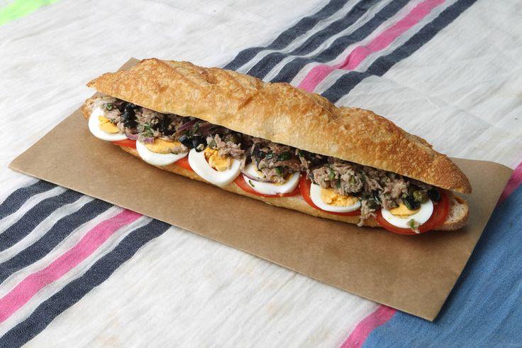 Felipe Rau/Estadão - Pão com salada, atum e molho: esse é o Pan Bagnat, ou pão banhado. O segredo de uma receita de sucesso está justamente no pão. Ele precisa ser bem crocante para que o líquido não vaze. Veja a receitaaqui.