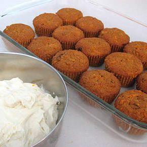 Receta fácil de Cupcakes de Zanahoria. Aprende cómo preparar la receta básica de Cupcakes de Zanahoria y cómo decorar los cupcakes. Cupcakes recetas fáciles.