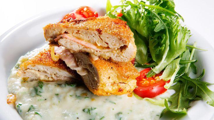 Polentamel gir en sprø og delikat skorpe på kyllingfileten. Med en knasende frisk salat blir dette en helsprø matopplevelse.