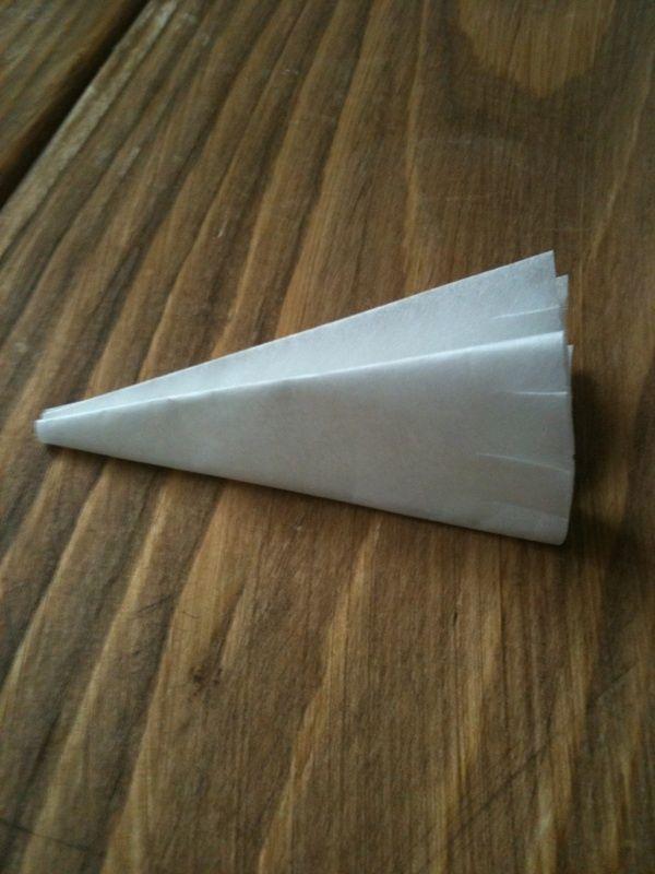 落とし蓋の作り方      クッキングシートで簡単に落とし蓋がつくれます。お鍋にぴったりサイズで煮物を作る時などに便利なのでぜひ作ってみてください。
