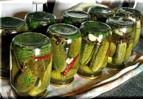 Огурцы маринованные острые  огурцы - 10 кг  зелень укропа - 1 большой пучок (около 250 г)  зелень эстрагона - 15 г   корень хрена - 20 г  чеснок - 1-2 головки  горчица (семена) - 1 ст.л.   черный перец горошком - 3-4 шт.   острый красный перец - по вкусу  для заливки:  вода - 8 л  столовый уксус - 1.4 л  соль - 250-400 г  сахар - 300-500 г  Чтобы приготовить Огурцы маринованные острые необходимо:  Отобрать крепкие свежие огурцы, тщательно вымыть их в проточной воде. Приготовить зелень