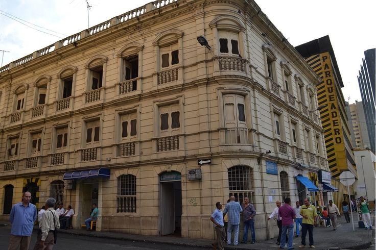 Antiguamente era el Hotel Magister del Español Don Seferino, luego funcionó ahi el Hotel Maria Victoria durante 40 años, cuyo dueño era Guillermo Fidalgo Padre e hijo. Hoy solo es una belleza olvidada donde viven las palomas...