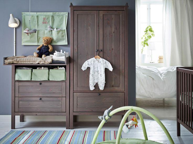 Um quarto para bebé com o trocador, roupeiro e berço SUNDVIK, em castanho acinzentado