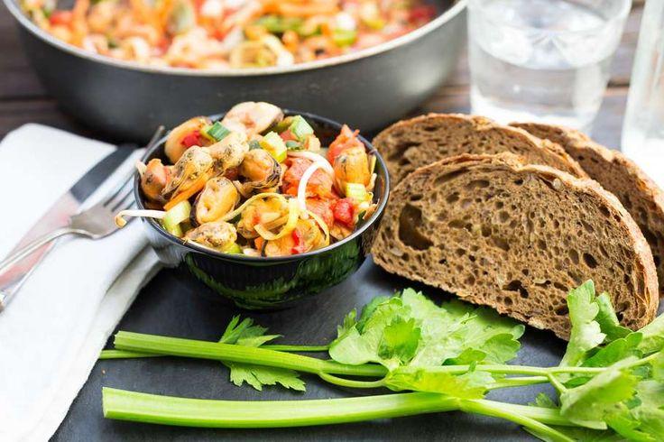 Recept voor mosselen in pittige tomatensaus voor 4 personen. Met zout, olijfolie, peper, mossel, witte wijn, brood, tomaten passata, knoflook, bleekselderij, rode peper en mosselgroente