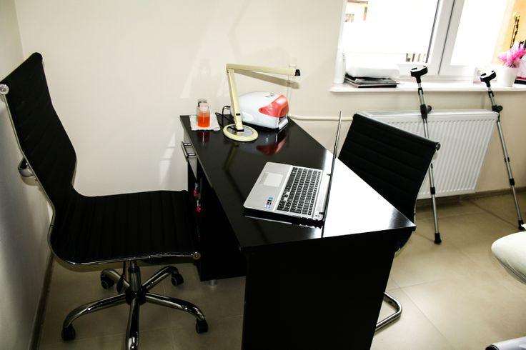 Biurko. Studio Kosmetyczne