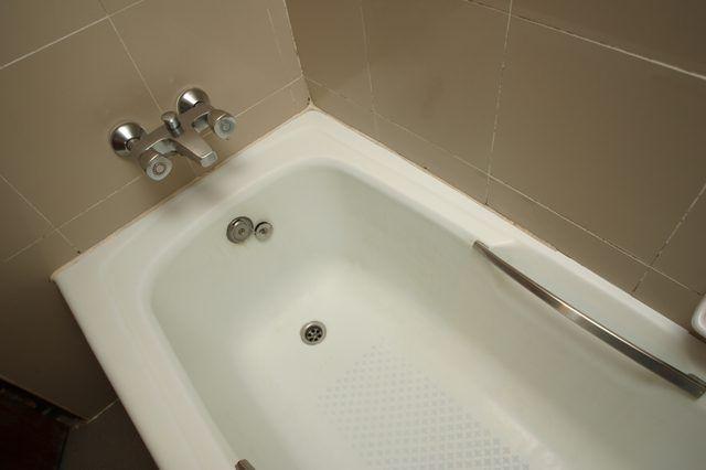 How To Fix A Leaking Bathtub Drain Bathtub Drain Bathtub Walls Bathtub